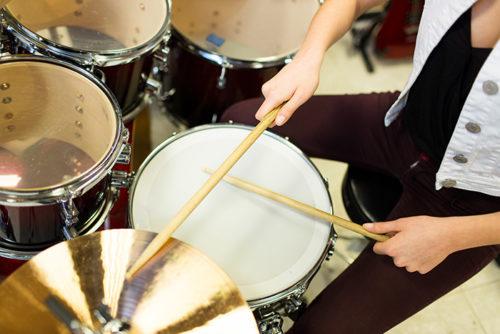 ドラムを叩く男性